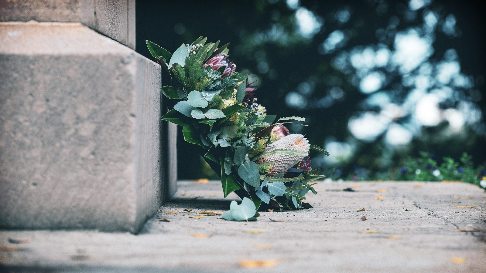 Wreath on a grave as a visual metaphor for an expired domain